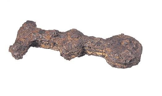A més de projectils, s'han trobat fragments de llances (pilum) i aquesta empunyadura (segle I a.C). Foto: Ramon Maroto CRBMC