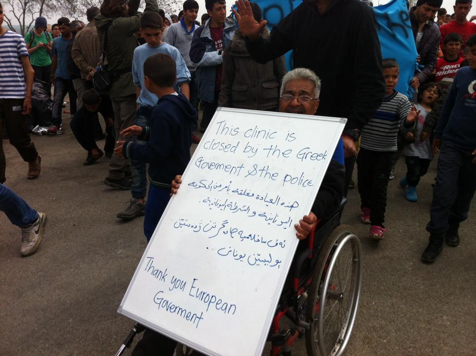 """""""Aquesta clínica ha estat tancada pel govern grec i la policia. Gràcies govern d'Europa"""" // F: Facebook Bernat Conill"""