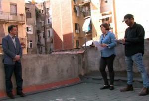 D'esquerra a dreta: Alfred Bosch, Assumpció Maresma i Andreu Barnils al terrat de VilaWeb.