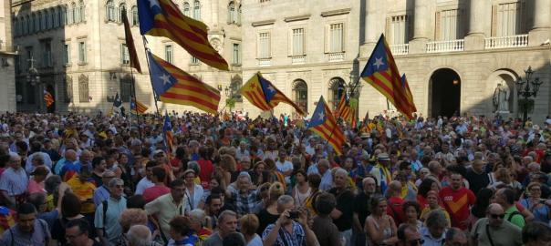 Plaça de Sant Jaume plena de gom gom en suport del 27-S
