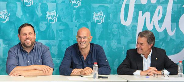 El líder d'ERC, Oriol Junqueras, el cap de llista de Junts pel Sí, Raül Romeva, i el president Artur Mas.