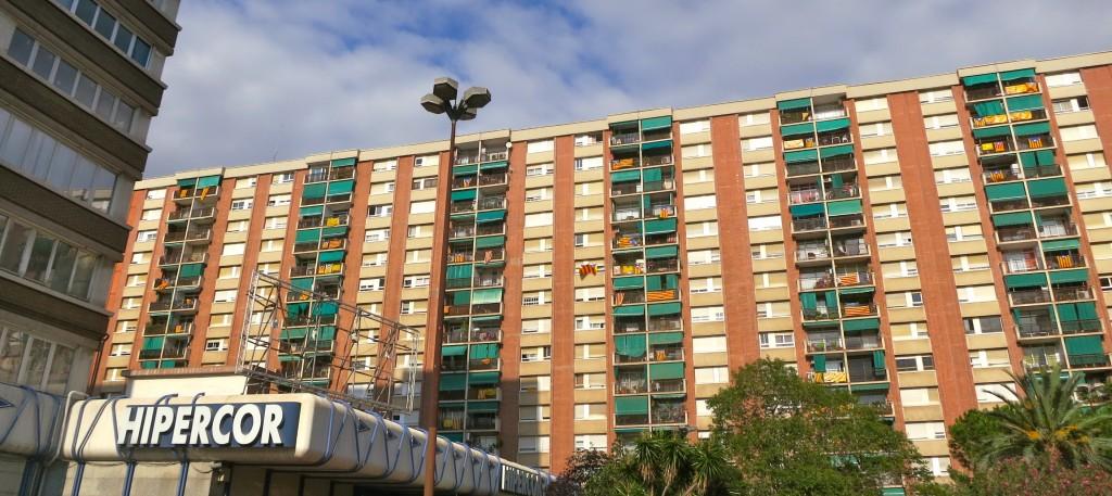Hipercor de la Meridiana, amb l'edifici del fons ple d'estelades.