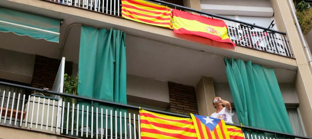 Banderes espanyoles i catalanes, de costat a l'Avinguda Meridiana