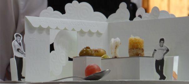 Desplegable de paper reproduint el bar dels pare, on es col·loquen els aperitius inspirats en la memòria.