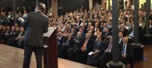 Jordi Galí parla davant un auditori amb majoria d'homes.