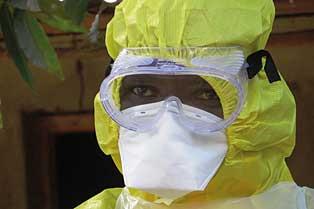 EC/ECHO/Anouk Delafortrie | Membre de l'equip encarregat del soterrament d'una de les persones mortes pel virus de l'Ebola a Sierra Leone.
