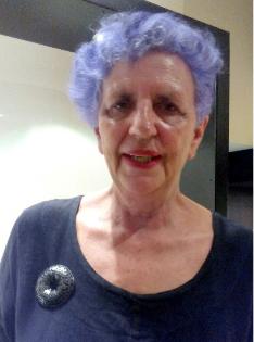 """Núria Carulla a Barcelona, amb una de les seves joies, un dels """"arbres"""" de l'exposició """"En la llunyania"""". Foto: M.I."""