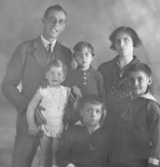 Miquel Fornaguera i Evangelina Pineda el 1938, a Catalunya, amb els seus fills Frederic i Miquel, Maria i Núria. Foto: Arxiu Família Fornaguera