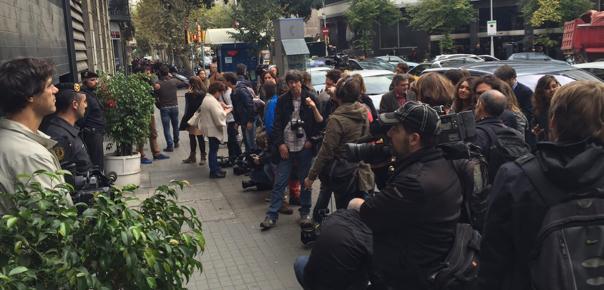 Passadís entre periodistes i els dos goril·les que custodien la seu de CDC