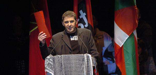 Arnaldo Otegi presentant la Declaració d'Anoeta (14 de novembre de 2004).