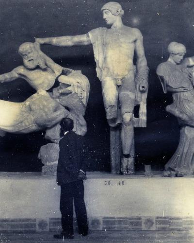 Arístides Maillol davant l'escultura arcaica grega.