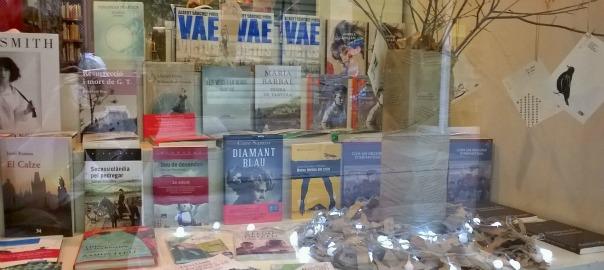 Aparador de la llibreria Tres i Quatre de València.