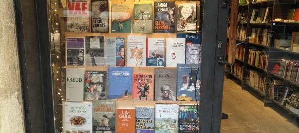 L'elegant aparador de la llibreria La Impossible de Barcelona.