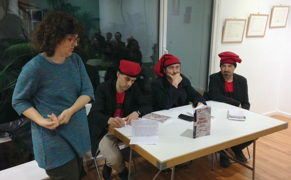 Liz Castro amb els autors del llibre el dia de la presentació a Barcelona.