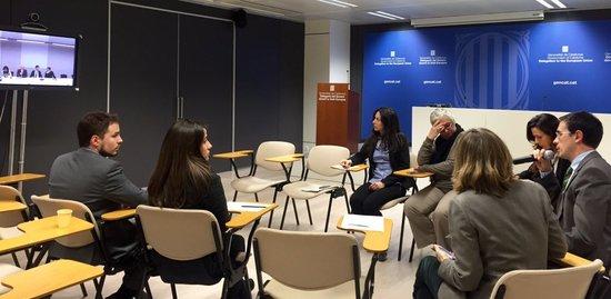Imatge de la videconferència celebrada a la delegació de la Generalitat a Brussel·les amb l'equip del representant permanent, Amadeu Altafaj, i el del conseller d'Afers Exteriors, Raül Romeva el 22 de març.