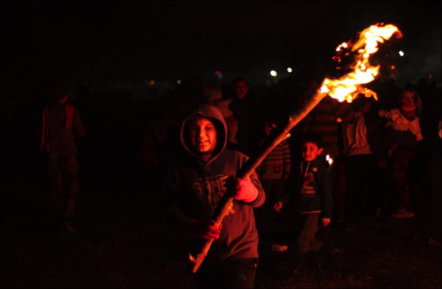 Un nen kurd portant la torxa (foto: Oriol Bäbler)