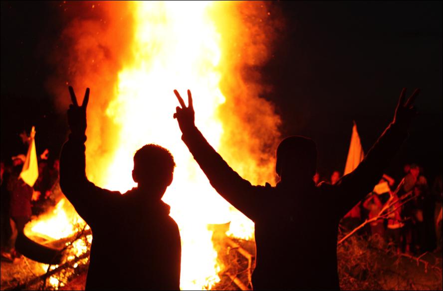 Dos amics celebrant el Newroz (foto: Oriol Bäbler)