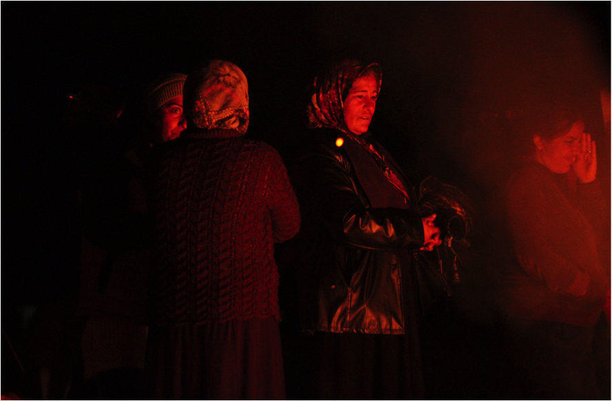 Una dona gran mirant de prop el foc (foto: Oriol Bäbler)