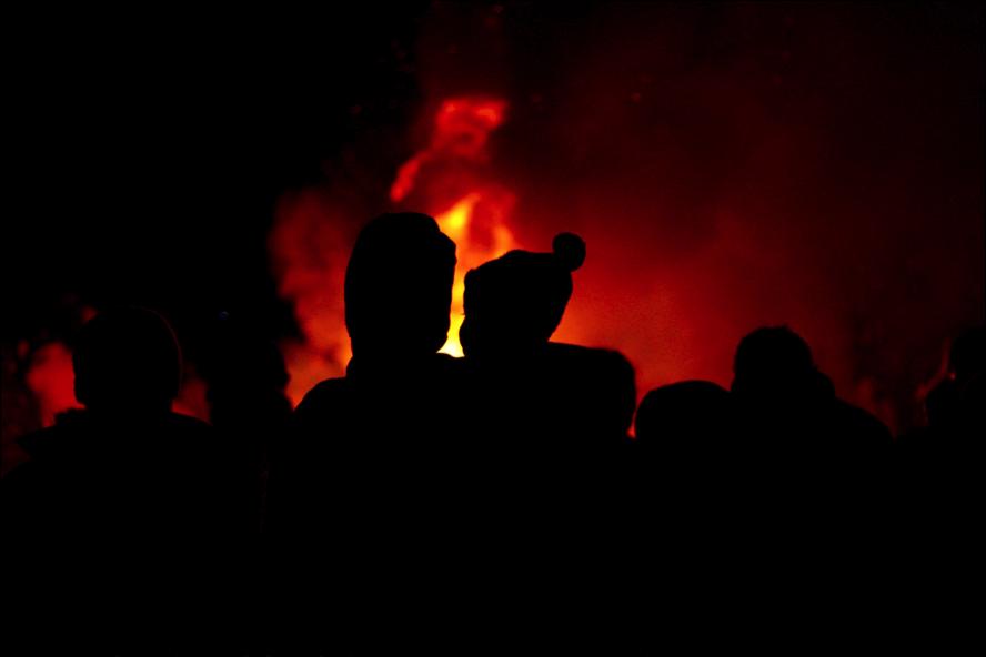 Un pare i una filla admirant la foguera (foto: Oriol Bäbler)