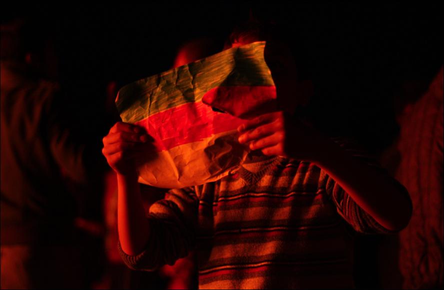 Un nen ensenyant la bandera de Rojava (foto: Oriol Bäbler)