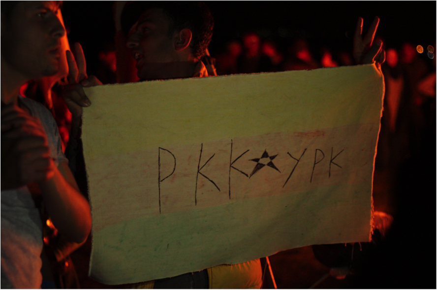 Una bandera amb la sigla del PKK (foto: Oriol Bäbler)
