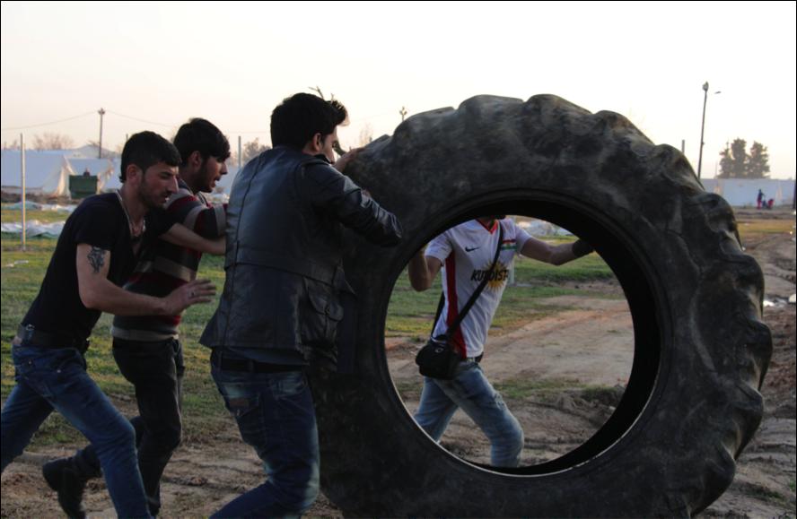Els nois kurds movent el neumàtic de tractor (foto: Oriol Bäbler)