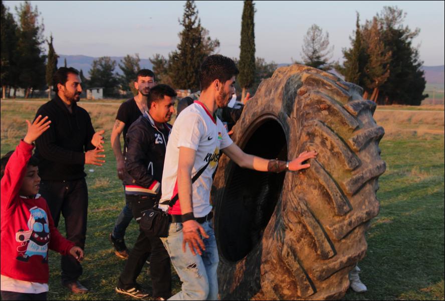 Un grup de kurds amb el segon nemumàtic de tractor (foto: Oriol Bäbler)