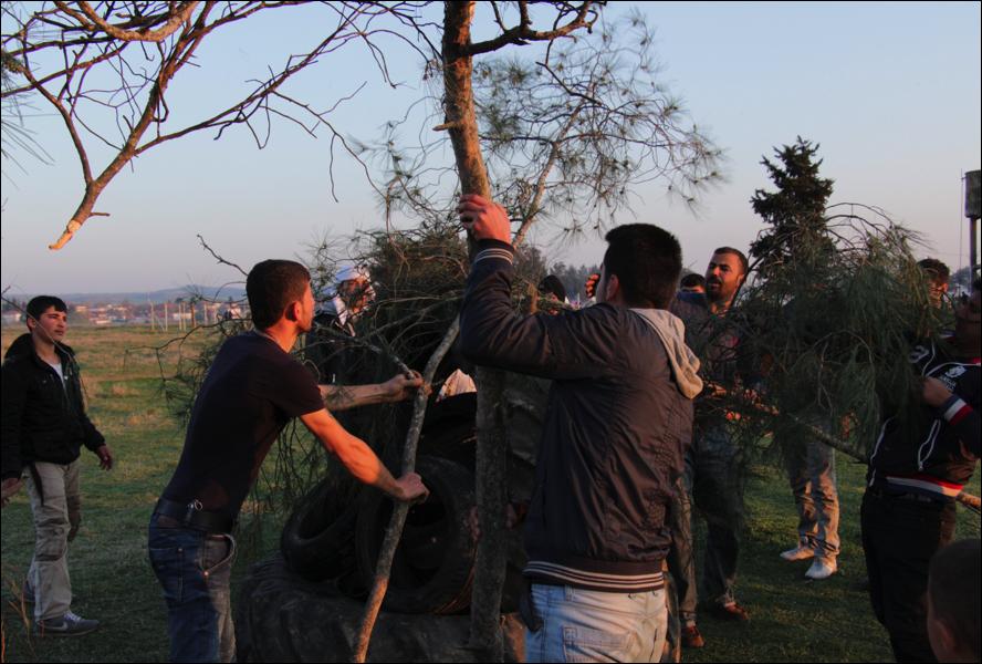Kurds cobrint l'estructura de la foguera (foto: Oriol Bäbler)