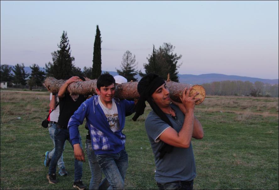 Els nois carregant el tronc d'un pi (foto: Oriol Bäbler)