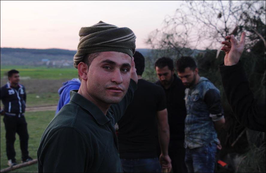 Un kurd esperant el 'moment del foc' (foto: Oriol Bäbler)
