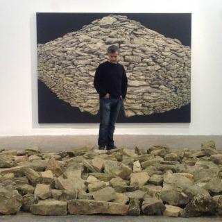 El pintor Jordi Fulla amb dues de les seves obres. ©Jordi Fulla.