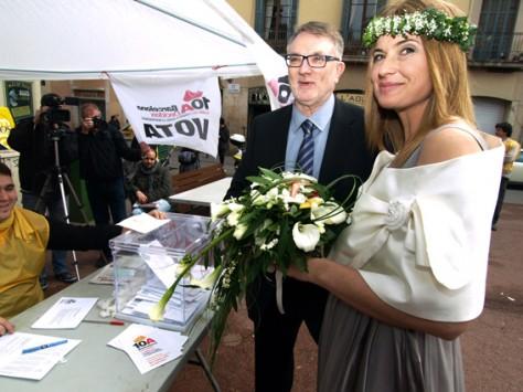 Una parella de nuvis, votant, just després de casar-se