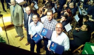 Miguel A. Sarrió, al centre, amb els dos finalistes del concurs de pasdobles
