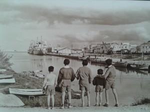 Xiquets terrategins fascinats pel mar i pel port. Any 1961.Port de.Gandia. Casimir a, a la dreta, abraça el seu germà menut. Fotografia: Tívoli
