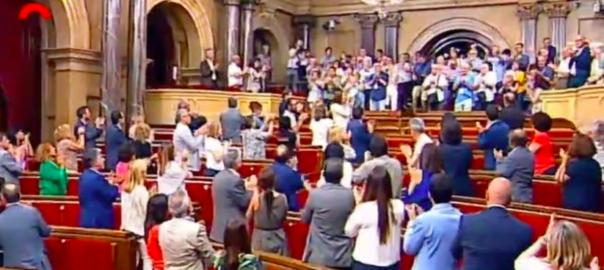 https://imatges.vilaweb.cat/nacional/wp-content/uploads/2017/06/Ovaci%C3%B3-al-parlament-a-familiars-de-les-v%C3%ADctimes-del-franquisme-604x270.png
