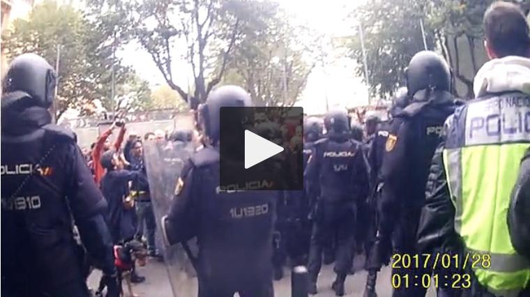 Un vídeo mostra el desconcert de la policia espanyola davant la valentia dels defensors dels col·legis electorals