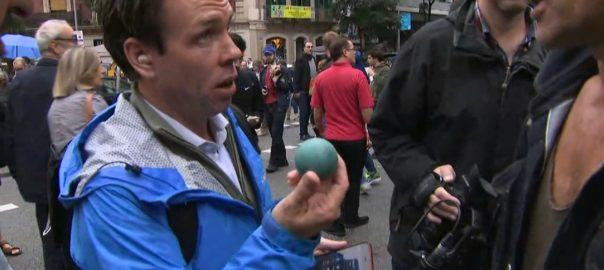 El periodista anglès Mark Stone a Barcelona l'1-O amb una pilota de goma a la mà