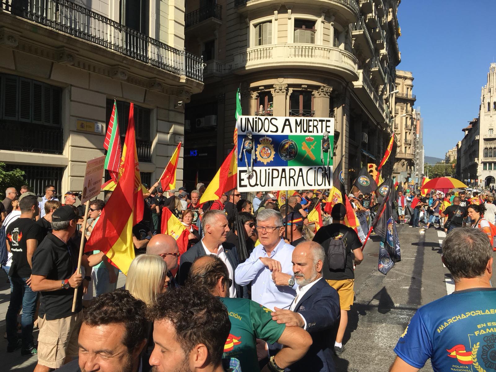super popular 62849 3d94b Los diputados de Ciutadans Matías Alonso y Jean Castel en la manifestación  ultra que reivindica la violencia del 1-O.