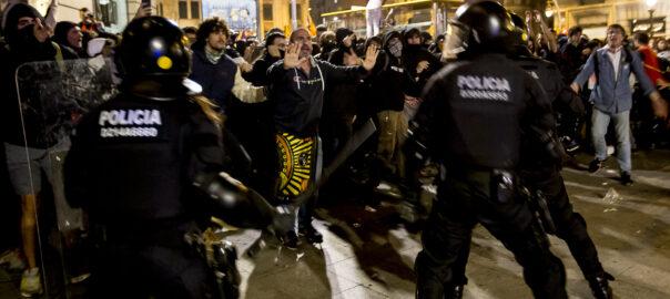 Manifestació retorn pilotes a comissaria de Via Laietana