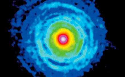Composició a partir de les dades del radiotelescopi IRAM 30m que mostren la matèria al voltant de l'estel CW Leonis (IRC+10216).