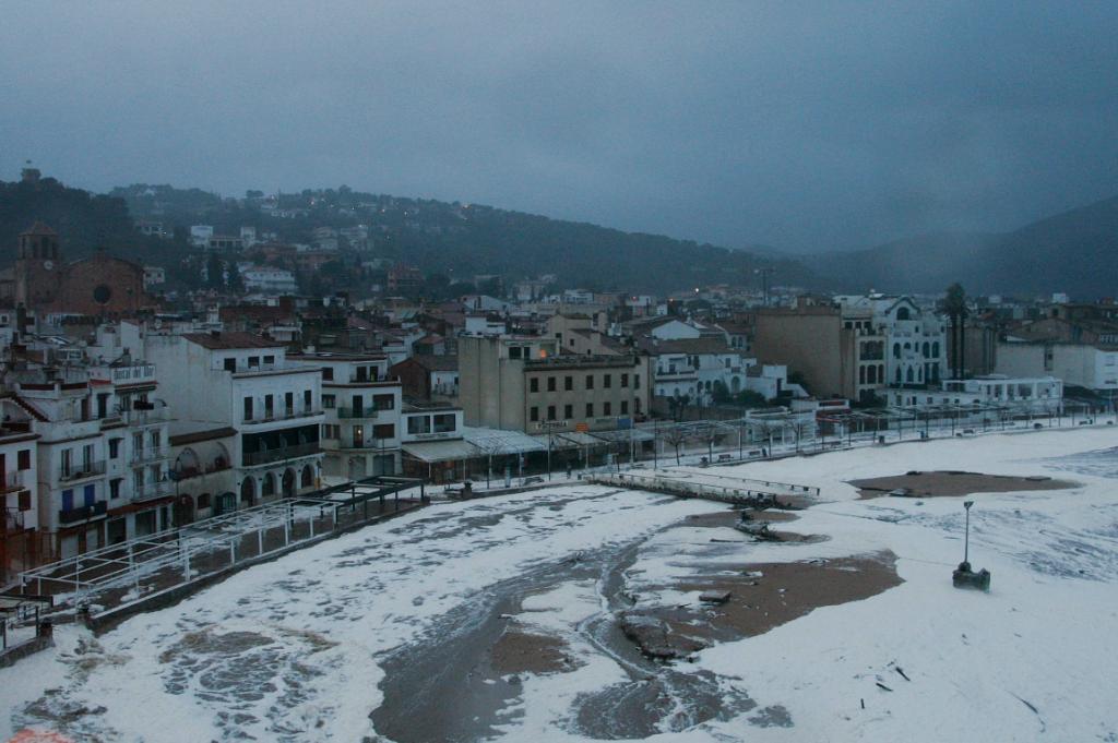 Per què el temporal ha omplert d'escuma Tossa de Mar?
