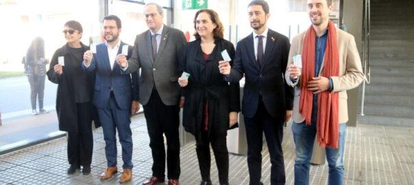 Les autoritats mostrant els títol de transport validats a la nova estació de la Zona Franca de l'L10 l'1 de febrer de 2020. (Horitzontal) - línia 10 - Metro - Colau - Torra - Zona Franca - Estació