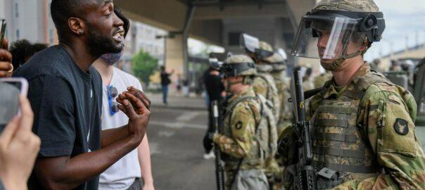 Un manifestant parla amb un soldat de la Guàrdia Nacional a Minnesota durant les protestes per l'assassinat de George Floyd