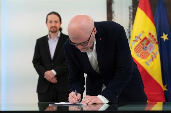 Unai Sordo signa acord per allargar ERTOS, amb Pablo Iglesias al fons (Foto: EFE)