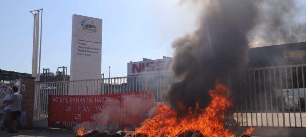 Crema de pneumàtics davant de la planta de Montcada i Reixac de Nissan.