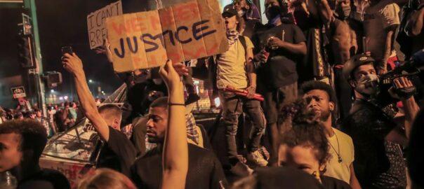 Protestes a Minneapolis (Minnesota) per la mort de l'home negre George Floyd a mans de la policia.