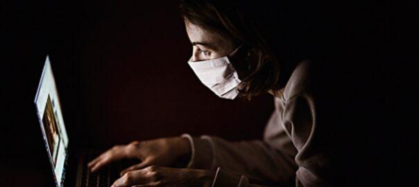 dona mascareta ordinador pandèmia coronavirus