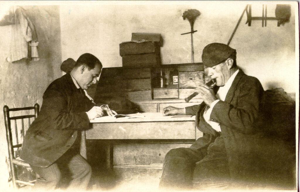 Joan Tomàs recollint la música d'un flabiolaire en la Missió per la recerca de música popular instrumental, el 23 d'octubre de 1928 a Sant Jaume dels Domenys. Fons JTP
