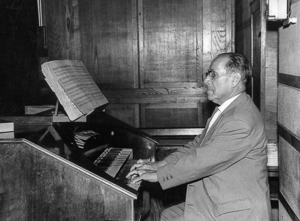 Joan Tomàs tocant l'orgue. Fotografia: JTP
