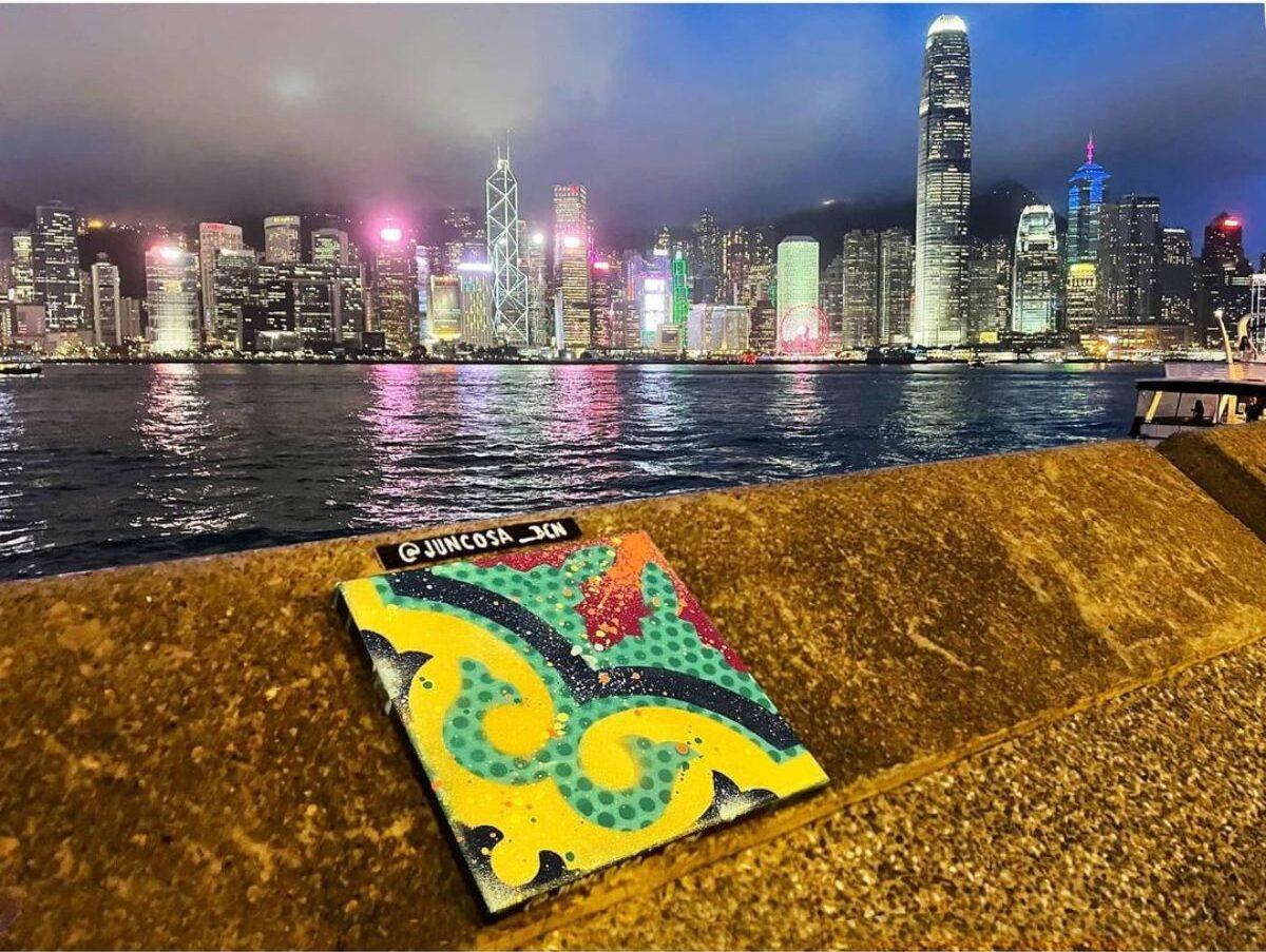 Skyline de Hong Kong amb una rajola hidràulica elaborada per Juncosa